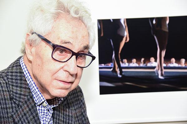 Elliott Erwitt in front of one of his photos
